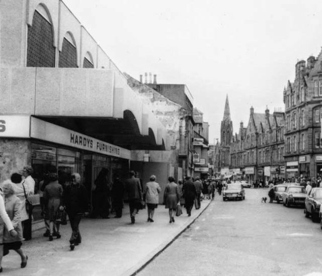 The Mercat is on the left. The photo dates from the 1970s. Can anyone help us date it precisely ?